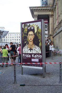 Frida Kahlo Ausstellung im Martin Gropius Bau    Schlange vor dem Martin Gropius Bau. Besucher der Frida Kahlo Ausstellung die noch bis zum 9. August 2010 in Berlin zu sehen ist.
