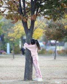 South Korean Girls, Korean Girl Groups, Chuu Loona, Olivia Hye, Girl Running, Scene Photo, Blackpink Jisoo, Save The Planet, Mamamoo