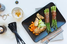 Chicken breast with bacon-wrapped asparagus and a glass of beer Free Food Images, Chicken Breast With Bacon, Chicken Images, Chicken Steak, Beer Chicken, Bacon Wrapped Asparagus, International Recipes, Food Pictures, Foodies