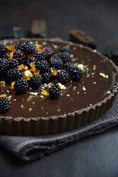Dark chocolate tart with blackberries & hazelnut praline >>> What a wonderfully delicious dessert! I'm not much of a chocolate fan, but I love this! Yummy Treats, Sweet Treats, Yummy Food, Tasty, Sweet Recipes, Cake Recipes, Dessert Recipes, Cookbook Recipes, Yummy Recipes