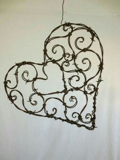 Barb Wire Crafts, Metal Crafts, Diy And Crafts, Wire Hanger Crafts, Metal Projects, Barbed Wire Art, Art Fil, Decoration Table, Wire Work