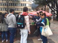 Jornada de aseo en la Plazoleta del Rosario, liderada por la Alcaldía Local de la Candelaria. En el día del reciclaje invitando a los ciudadanos para que no arrojen colillas de cigarrillos al suelo, así tomamos #AccionesQueSalvanElPlaneta #DiaDelReciclaje Ll Bean, Backpacks, Bags, Fashion, Rosaries, Activities, Purses, La Mode, Taschen