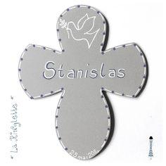 Croix en médium dessinée par La Ringlette et peinte à la main.