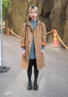 Bruine jas / trenchcoat + oversized knit + zwarte broek + dr martens/brogues