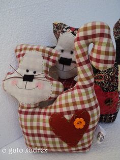 gatos unidos não serão  vencidos Sewing Art, Sewing Toys, Love Sewing, Cat Bag, Fabric Animals, Cat Quilt, Crochet Quilt, Fabric Gifts, Cat Doll