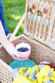 DIY Picnic Basket! The trick is to find the right basket: shop around at car boot sales, vintage markets and second-hand shops!