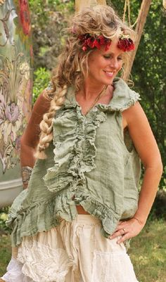 Based in Fredericksburg, Texas, Magnolia Pearl is the creation of Robin Brown, a clothing line composed of vintage fabrics and laces. This unique layered look i Mode Hippie, Hippie Boho, Boho Fashion, Vintage Fashion, Magnolia Pearl, Just Girl Things, Mori Girl, Boho Look, Shabby