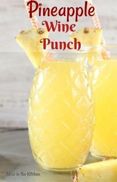 Easy Pineapple Wine Punch is a delicious party drink for any occasion. Just 4 ingredients go into this easy wine punch and it will instantly transport you to a tropical frame of mind! Drinks Easy Pineapple Wine Punch {Video} - Miss in the Kitchen Beste Cocktails, Wine Cocktails, Cocktail Drinks, Cocktail Recipes, Summer Wine Drinks, Wine Mixed Drinks, Easy Mixed Drinks, Drink Wine, Summer Cocktails