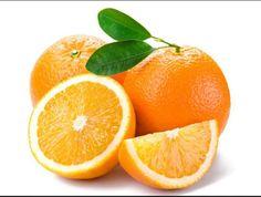 """Necesitamos naranjas para hacer el postre. El jugo de naranja para mojar el """" pandoro """" y cáscara de naranja para darle sabor a la crema pastelera."""