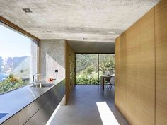 """Esta vivienda de 378 m2 en Brissago (Suiza) es un proyecto de Wespi de Meuron Romeo architects. """"Un monolito cortado sencillamente en hormigón lavado, acoplado directamente a la carretera, se levanta de la topografía natural de la pendiente. Dos..."""