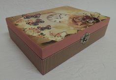 Caixa em MDF decorada com papéis para scrapbook.