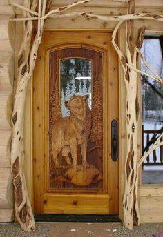 Porte de bois sculptée d'un loup