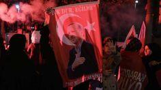 Le oui par référendum à la future dictature d'Erdogan l'emporte de justesse, à 51,3%, dans un pays profondément fracturé où les 48,6% qui ont voté non seront considérés comme des traitres par une courte mais implacable majorité.       « Nous sommes un corps unique, une seule nation ! »...
