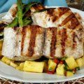 Esta receta de pescado se cocina en la parrilla y se sirve con una salsa de mango con pina, chile, y un toque de naranja.