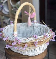 Wedding Gift Baskets, Wedding Gift Wrapping, Sweetheart Table Decor, Gift Hampers, Basket Decoration, Disney Diy, Engagement Gifts, Easter Baskets, Basket Weaving