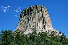 """El Monumento Nacional de la Torre del Diablo1 (Inglés: Devils Tower) de los Estados Unidos ( Lakota: Mato Tipila, que significa """"Aposento del Oso"""") es una intrusión ígnea monolítica o cuello volcánico situado en Colinas Negras, cerca de Hulett y Sundance en el condado de Crook, al noreste de Wyoming, sobre el río Belle Fourche. Se eleva de manera espectacular 386 m por encima del terreno circundante y su cumbre se encuentra a 1.558 m por encima del nivel del mar. Se encuentra formada por…"""