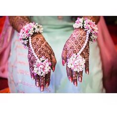 94 Easy Mehndi Designs For Your Gorgeous Henna Look Mehndi Simple, Simple Mehndi Designs, Henna Designs, Flower Jewellery For Mehndi, Flower Jewelry, Bridal Jewellery, Handmade Jewellery, Hair Jewelry, Wedding Jewelry