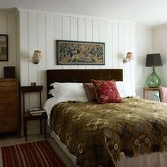 Tongue-and-groove panelling adds New England-style charm to the spare room (in what used to be the butler's pantry) of this London house restored to its original style by interior designer Max Rollitt. Victorian Bedroom, Bedroom Vintage, Vintage Beds, Tongue And Groove Panelling, Wall Panelling, Wood Paneling, Décor Antique, Inspiration Design, Design Ideas
