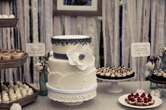 LOVE the beading at the top of this cake!