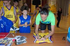 Els nostres van demanar firmes i fotos a Maria Pina 74