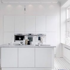 Those that have been following this page since I started it earlier this year will know I am an absolute sucker for white on white - this glorious kitchen is styled by @sarahwidman for @alvhemmakleri