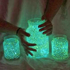 DIY Glow in the Dark Jars (Video): DIY Fairy glow jars with empty jars and glow sticks, fun crafts for kids in Summer night fun. Pot Mason Diy, Mason Jar Crafts, Mason Jars, Fairy Glow Jars, Mason Jar Fairy Lights, Vasos Vintage, Halloween Fairy, Easy Diy, Crafts For Kids