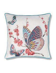 Cojín con mariposas bordadas