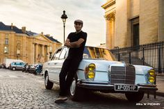 Vintage sightseeing driver in Paris. ANIA W PODRÓŻY travel blog and photography