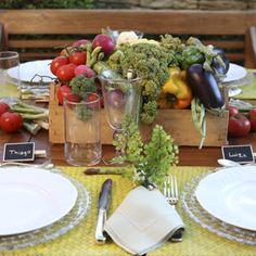 """""""A Feira Vai a Mesa"""". Daquelas que apenas pedem alguma disposição e uma geladeira bem guarnecida para se preparar e surpreender os convidados.Para esta mesa"""
