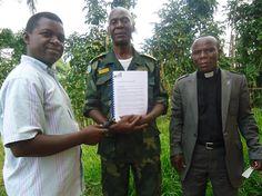 La Vraie bonne Nouvelle diffuse maintenant ses études bibliques au format livre reliés en république démocratique du Congo. Ici sur la photo, Mathieu, militaire aumônier reçois une étude de LVBN de la part de Jean Luc Simlilyabo.    Notre bureau se trouve à Nyankunde dans le nord du pays à environ 200kms de la frontière avec l'Ouganda.  C'est Jean Luc Simbilyabo qui dirige notre bureau et s'occupe avec toute son équipe des impressions, reliures, et de la distribution des études Bibliques.