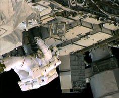 Dos astronautas de la NASA salen de la EEI y detienen una fuga de amoniaco    Texto completo en: http://actualidad.rt.com/ciencias/view/94153-nasa-caminata-eei-fuga-amoniaco