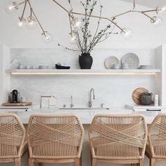 Fijne lichte keuken met natuurlijke materialen zoals marmer en riet. Heel stijlvol en tijdloos. Fijne lichte keuken met natuurlijke materialen zoals marmer en riet. Heel stijlvol en tijdloos. Wat vind jij ervan? . . . . Bron: inrichting-huis #homedesign #homedecor #interiordesign #home #design #interior #decor #interiors #decoration #homesweethome #luxury #style #inspiration #architecture #interior4all #interiordesigner #homestyle #furniture #interiorstyle #lifestyle #instahome #interiordeco