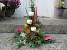 Grabgesteck Gesteck Allerheiligen Totensonntag Grabschmuck Gedenken Exoten You are in the right place about funeral decorations Here we offer you the most beautiful pictures about the funeral fa Christmas Ornament Wreath, Ornament Crafts, Christmas Wreaths, Christmas Decorations, Holiday Decor, Grave Flowers, Church Flowers, Funeral Flowers, Christmas Flower Arrangements