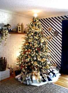 Get serious about decorating for Christmas this year! Take a hint from this fabulous gold and glam Christmas decor from Jen Woodhouse, of House of Wood.    @jenwoodhouse