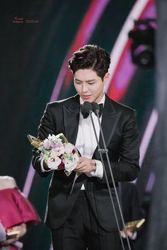 ♡ baeksang arts awards l'eau d'hiver // do not edit or remove watermark. Why Im Single, Arts Award, Bo Gum, Day Wishes, Korean Actors, Kdrama, Park, Bouquets, Awards