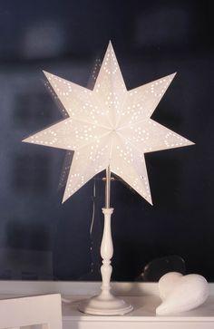 Gwiazda ze stojakiem na  http://www.halens.pl/dom-boze-narodzenie-swiateczne-oswietlenie-28364/gwiazda-ze-stojakiem-romantic-241241?imageId=138235903016956228&variantId=241241-0002 119 zł