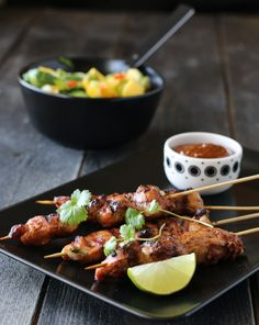 KYLLING SATAY MED PEANØTTSAUS OG MANGOSALAT A Food, Good Food, Food And Drink, Mango Salat, Dinner Is Served, Frisk, Tandoori Chicken, Tapas, Food To Make