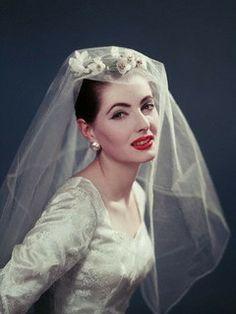 Vintage Dresses A gorgeous bridal wear look. Elegant Bride, Elegant Wedding Dress, Best Wedding Dresses, Wedding Styles, Wedding Gowns, Vintage Wedding Photos, Vintage Bridal, Vintage Weddings, Wedding Bride