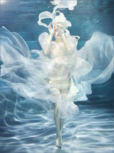 Under the water photography. Beautiful - Under the sea - Photographie Fantasy Photography, Underwater Photography, Photography Women, Fashion Photography, Film Photography, White Photography, Street Photography, Landscape Photography, Nature Photography