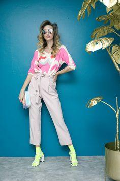 Suéter de punto rosa y blusa de punto rosa Vilagallo, pantalón rosa pastel con cinturón Liz Claiborne, sandalias blancas Nine West, clutch tornasol Macario Jiménez y lentes de sol That´s It.