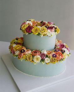 Buttercream flower cake... #korean #koreanbuttercream #cake #cakeicing #buttercream #flower #flowers #flowercake #beautiful #buttercreamflowers #flowercake #kissthecake #blossom  #케익 #케이크 #플라워케이크 #꽃 #버터크림 #키스더케이크 #2016 #1 #버터크림케이크
