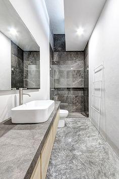 Casas Cuatas / Baño con marmol santo tomas corrugado, pisos de concreto pulido y madera de fresno