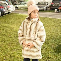 Готовь шубку осенью - девиз наших покупателей☝️ и они правы! Ведь до зимы осталось меньше месяца, и мы все знаем, что зелёная травка совсем внезапно может покрыться пушистым снегом!) на Маше шубка из теплейшего меха рекса. Шапка - шерсть меринос, Италия. Все - by Shubkamadeinrussia #luxe #shopping #kids #shubka #fur #fur #ШУБКА #детскаяшубка #шубыдлядетей