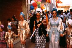 Spaniard women and children dressed as MORENAS at the Moros Y Cristianos festival. Spaniard Women, Spain Fashion, Tribal Dance, Character Development, Moorish, World Cultures, Belly Dance, Hippy, Fashion Styles