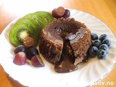 """""""Sjokoladefondant"""" er en av verdens mest populære dessertkaker!! Kaken lages i porsjonsformer og skal være stekt som kake ytterst, men likevel være som flytende, varm sjokoladesaus inni. Bruk så dyr og eksklusiv mørk sjokolade du får tak i, og du får en smak som er hvilken som helst gourmetrestaurant verdig! """"Fondant"""" betyr """"det å være smeltende"""" på fransk - og dette er definitivt kaken som får deg til å smelte! Oppskriften gir 8 stk. Fondant, French Toast, Muffin, Food And Drink, Pudding, Sweets, Baking, Breakfast, Recipes"""