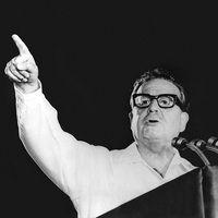 No começo da década de 1970, ocorreu no Chile o que parecia ser a concretização de uma velha utopia política. Após unirem-se, os partidos de esquerda, congregados na chamada Unidade Popular, conseguiram eleger um presidente, o médico Salvador Allende. Salvador Allende Em seu mandato, Allende e equipe colocaram em prática um programa que previa a redistribuição da renda, a nacionalização das grandes indústrias, a reforma agrária etc. Era um socialismo pacífico e democrático se tornando…