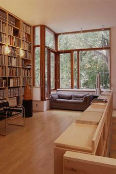 Гостинная с книжными полками до потолка