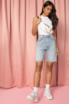 Look Short Jeans, Jean Short Outfits, Look Con Short, Casual Summer Outfits, Trendy Outfits, Girl Outfits, Cute Outfits, Short Girl Fashion, 90s Fashion