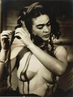 Ressam, Feminist, Komünist ve Aşık: 13 Fotoğrafla Frida Kahlo - onedio.com Kahlo Paintings, Diego Rivera, Encaustic Painting, Chalk Pastels, Illuminated Letters, Ex Libris, Wood Engraving, Linocut Prints, Woodblock Print