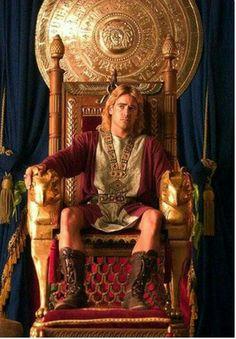 Alessandro sedente al trono di Babilonia nel film Alexander